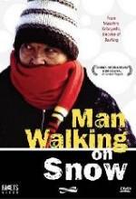 Karda Yürüyen Adam