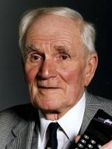 Desmond Llewelyn profil resmi